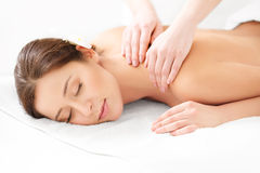 Massage. Närbild av en härlig kvinna som får Spa behandling Royaltyfri Foto