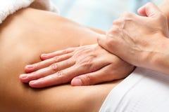 Massage Osteopathic de ventre photographie stock libre de droits
