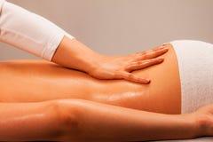 Massage på brunnsortsalongen Arkivfoto