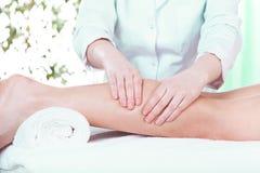 Massage på skönhetsalongen royaltyfri fotografi