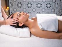 Massage pour la tête endolorie soulagement de mal de tête Image libre de droits