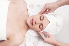 Massage pour le visage et le cou de la jeune belle femme photo stock