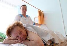 Massage pour les personnes âgées photo libre de droits