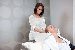 Massage principal dans le salon de beauté images libres de droits