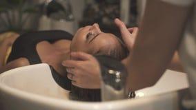 Massage principal professionnel pour des cheveux et soins de la peau dans le salon de station thermale Coiffeur faisant le massag clips vidéos