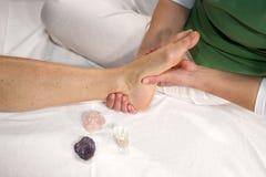Massage réflexe de zone de pied Photographie stock