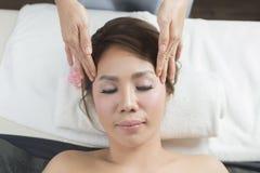 Massage-Reihe: Gesichtsmassage stockfotos