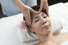 Massage-Reihe: Gesichtsmassage lizenzfreies stockfoto