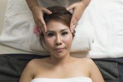Massage-Reihe: Gesichtsmassage lizenzfreie stockbilder