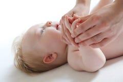 Massage Shantala du doigt du bébé Photographie stock libre de droits