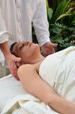 massage som mottar kvinnan Arkivfoton