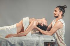 Massage som sträcker terapi Arkivfoton