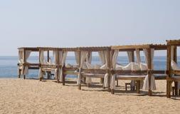 Massage-Tabelle auf Strand Lizenzfreie Stockfotografie