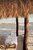 Massage-Tabelle in der Strand-Hütte lizenzfreies stockfoto