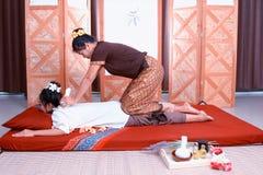 Massage thaï Attention de salaire de femmes à la relaxation et à la santé image stock