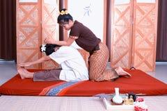 Massage thaï Attention de salaire de femmes à la relaxation et à la santé photo stock