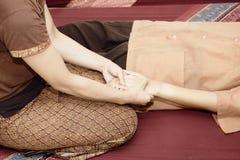 Massage thaï Attention de salaire de femmes à la relaxation et à la santé images libres de droits