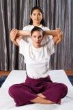 Massage thaï de bout droit Photo libre de droits