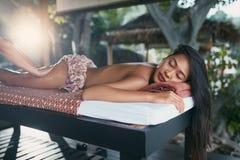 Massage thaï de fuselage La femme obtenant des jambes massent la thérapie à la station thermale image stock
