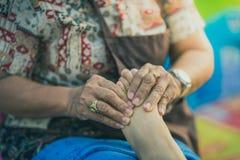 Massage thaïlandais de pied sur la rue pour le lieu de repos sur le festival annuel photos libres de droits