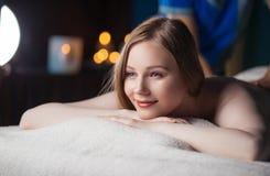 Massage und Körperpflege Badekurortkörper-Massagebehandlung stockfoto