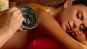 Massage- und Lehmkörpermaske im Badekurortsalon Langsame Bewegung stock footage