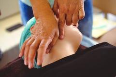 Massage, utbildning och övning för terapeutisk dränering ansikts- royaltyfria bilder