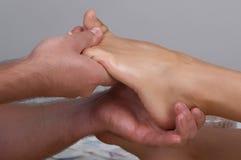 Massage van benen Stock Afbeeldingen