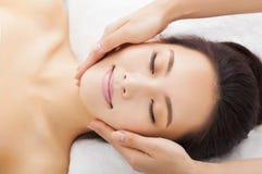 Massage van gezicht voor vrouw in kuuroord Royalty-vrije Stock Foto