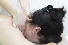 Massage von weiblichen Schultern und von Hals lizenzfreies stockbild