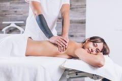 Massage voor gespannen rug en hals royalty-vrije stock afbeeldingen