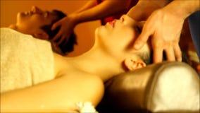 Massage voor paar in de warme atmosfeer van de salon stock videobeelden