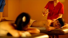 Massage voor paar in de warme atmosfeer van de salon stock footage