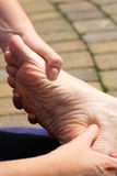 Massage zur Ferse des Fusses lizenzfreie stockbilder