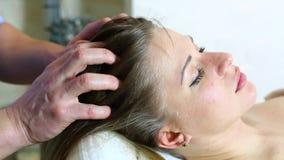 Massage zwangere vrouw stock footage