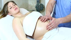 Massage zwangere vrouw stock video