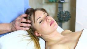 Massage zwangere vrouw stock video