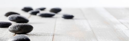 Massage zwarte kiezelstenen voor spiritualiteit, ayurveda, beauty spa of yoga royalty-vrije stock foto