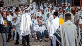 Massagebed Hasidspelgrims in traditionele kleren Rosh-Ha-Shana festival, Joods Nieuwjaar royalty-vrije stock foto's