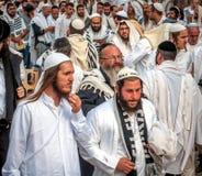 Massagebed Hasidspelgrims in traditionele kleren Rosh-Ha-Shana festival, Joods Nieuwjaar stock afbeeldingen