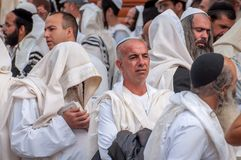 Massagebed Hasidspelgrims in traditionele kleren Rosh-Ha-Shana festival, Joods Nieuwjaar stock foto