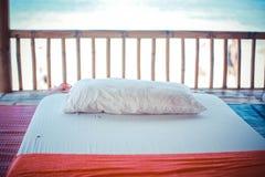 Massagebett durch den Strand Stockbild