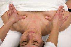 massagebröstkorg arkivbild