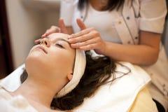massagebrunnsortkvinna Fotografering för Bildbyråer