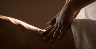 Massagecloseup med händer av den yrkesmässiga massören royaltyfria bilder