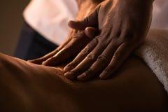 Massagecloseup med händer av den yrkesmässiga massören Arkivfoto