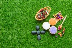 Massageeinzelteileinstellung auf grünes Gras Hintergrund lizenzfreies stockbild