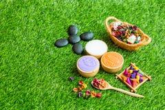Massageeinzelteileinstellung auf grünes Gras Hintergrund stockfotografie