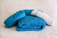 Massagelijst en handdoeken stock afbeeldingen