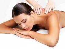 Massagem. Close-up de uma mulher bonita que obtem o tratamento dos termas Foto de Stock